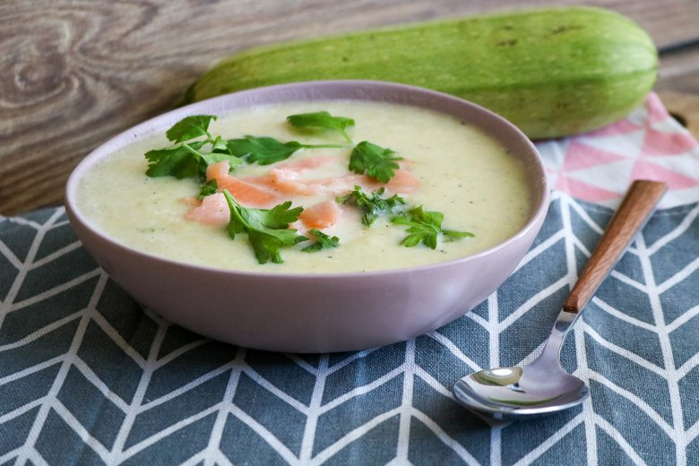 Zucchinicremesuppe mit Lachs