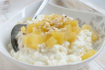 Fruchtiger Vanille-Milchreis mit Apfel