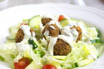 Hackbällchen auf Spitzkohlsalat