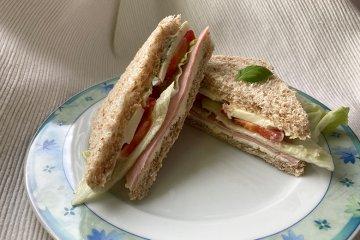 Club-Sandwiches mit Tomaten und Mozzarella