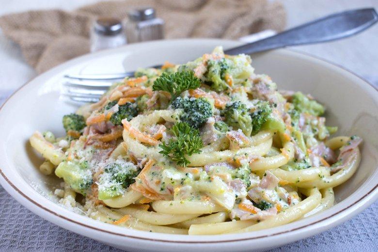 Makkaroni mit Gemüse-Käsesauce