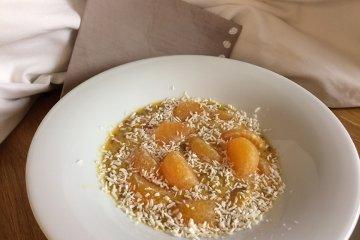 Frisches Mandarinenkompott mit Kokos