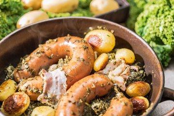 Grünkohl mit Bregenwurst und Röstkartoffeln