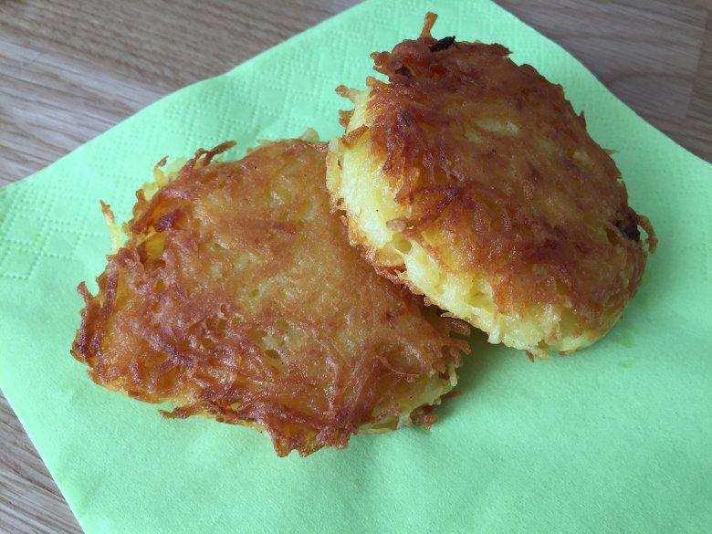 Kartoffelpuffer mit rohen Kartoffeln