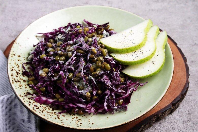 Salat mit Mungobohnen, Rotkohl und Birnen