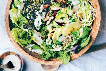 Salat mit Räuchertofu und Erbsen