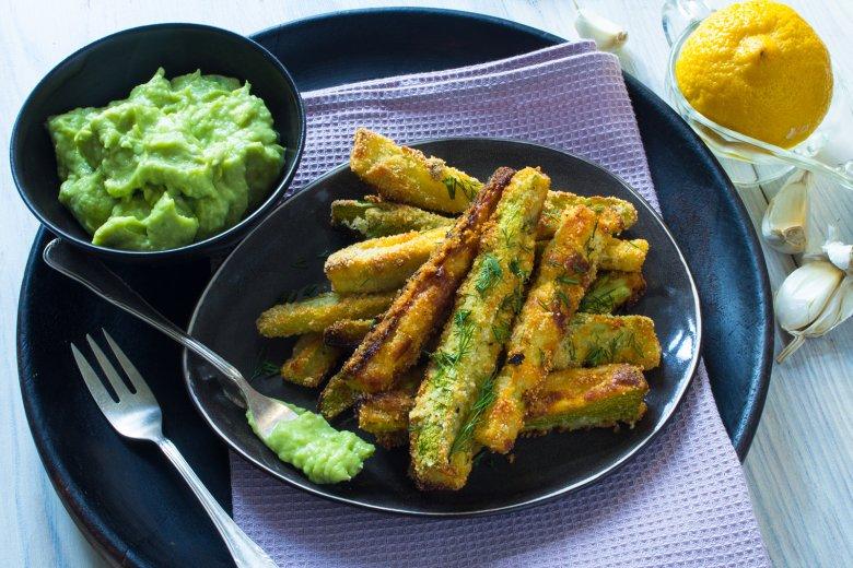Knusprige Zucchini-Sticks mit Avocado-Dip