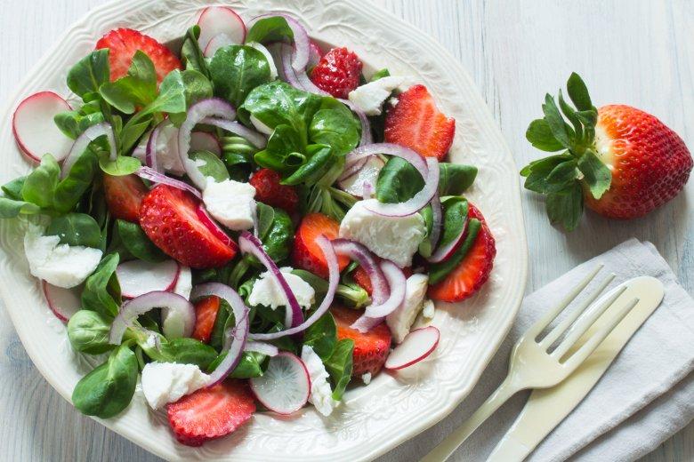 Feldsalat mit Erdbeeren, Radieschen und Chèvre