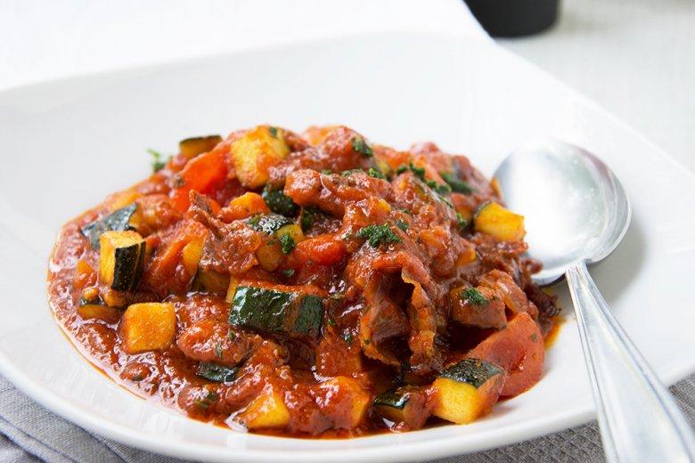 Zucchini mit Speck und Tomate