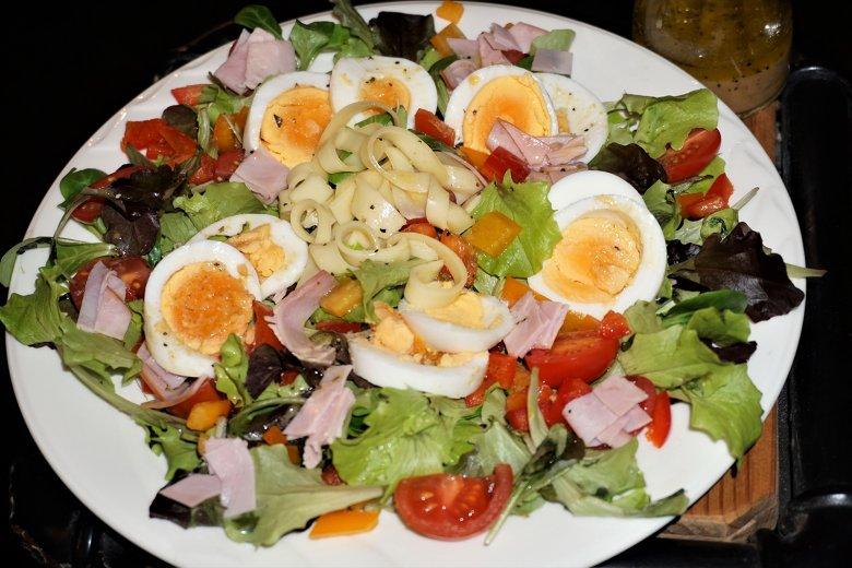Chefsalat mit Schinken und Ei