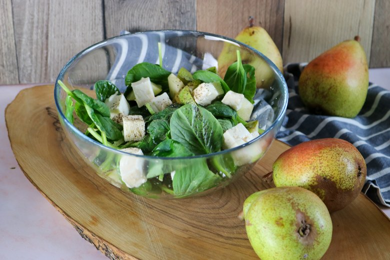 Einfacher Birnensalat mit veganem Feta