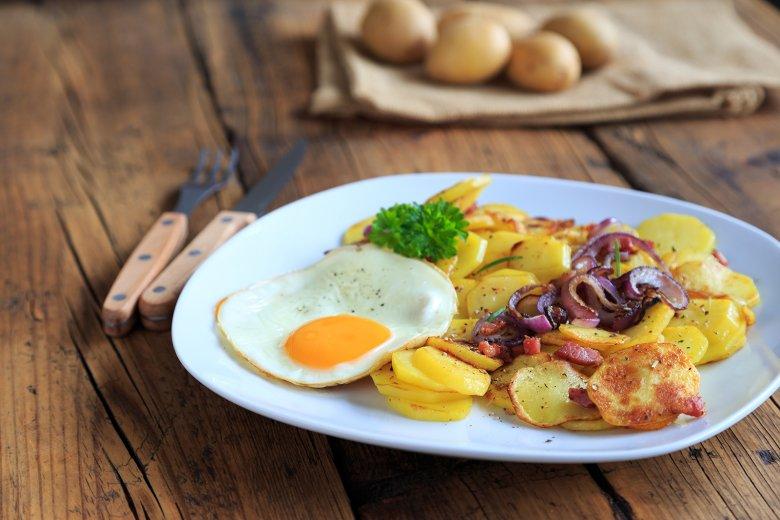 Spiegelei auf Bratkartoffeln mit Zwiebeln