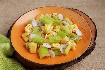 Stangensellerie-Salat mit Ananas