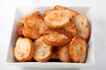 Scharfe Brotchips mit Chili