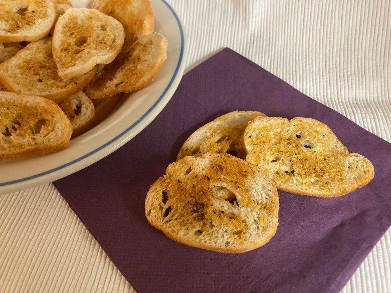 Pikante Brotchips mit geräuchertem Paprikagewürz