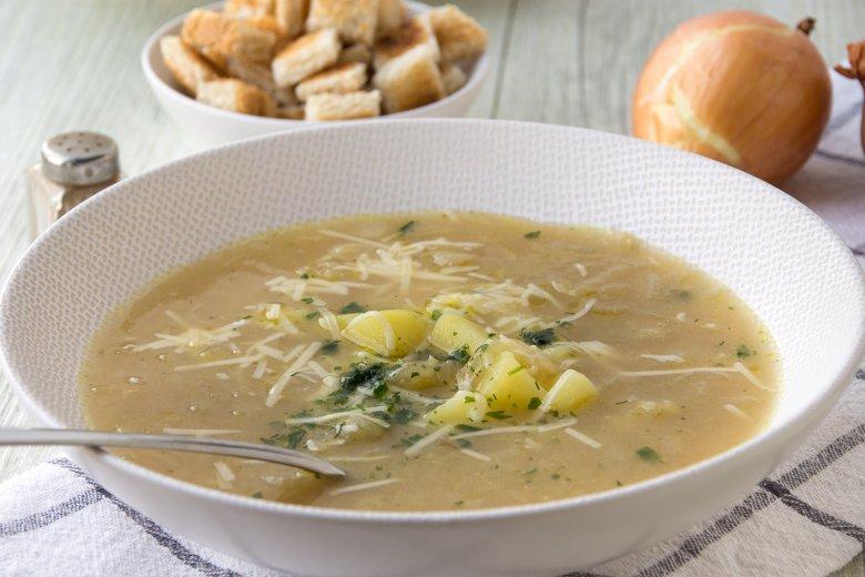 Klare Zwiebelsuppe mit Kartoffeln