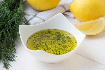 Frisches Dilldressing mit Zitrone