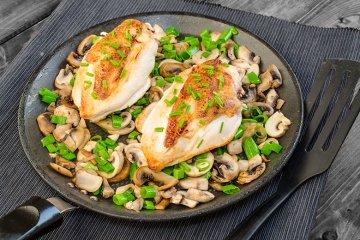 Gebratene Hühnerbrust auf Champignons