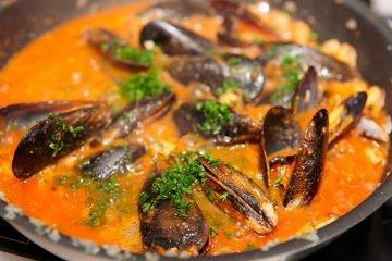 Muscheln in Weißwein und Tomaten