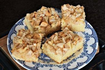 Saftiger Apfelkuchen mit Mandeln