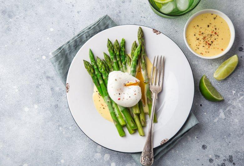 Gedämpfter Spargel mit Sauce Hollandaise und pochiertem Ei