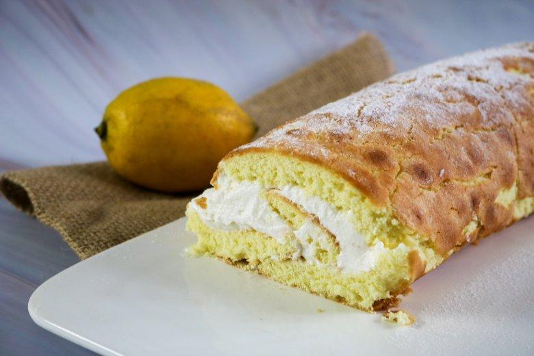 Biskuitrolle mit Zitronen-Quark-Füllung