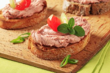 Geröstete Brotscheiben mit Leberpaste