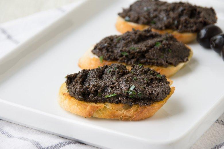 Geröstete Brotscheiben mit Olivenpaste