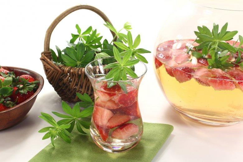 Maibowle mit Erdbeeren