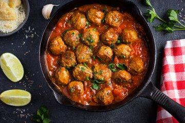 Köttbullar mit Tomatensoße