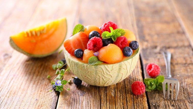 Zuckermelonen mit Beeren