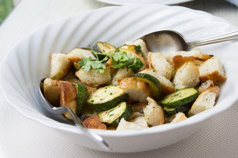 Brotsalat mit Zucchini