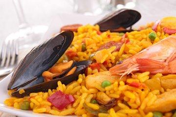 Paella mit Meeresfrüchten, Huhn und Gemüse