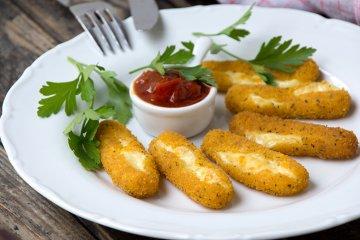 Mozzarella-Sticks mit Tomaten-Dip