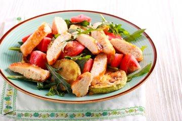 Gegrillte Hühnerbrust auf Gemüsebeet