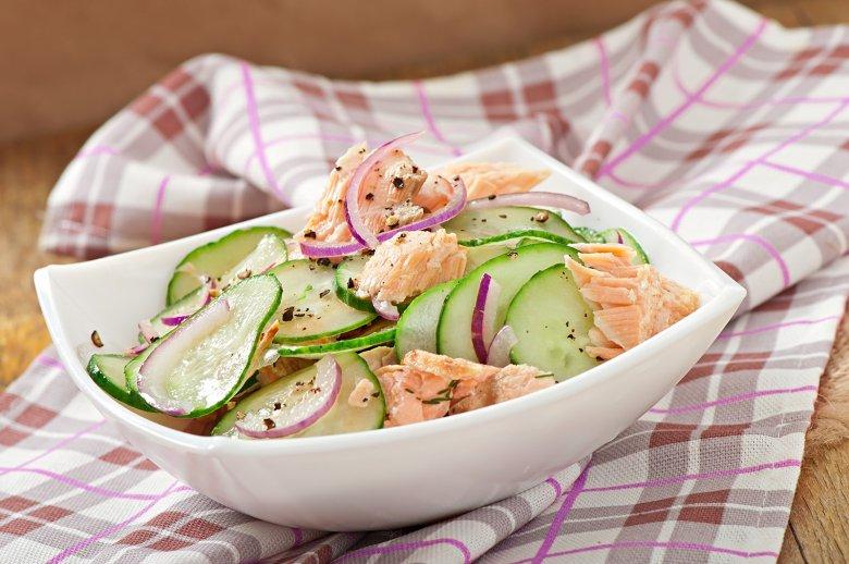 Lachssalat mit Gurken und Honigdressing