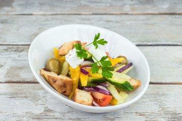 Bunter Gemüsesalat mit Croûtons und Käse