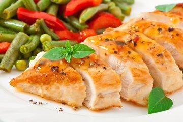 Gedämpfte Hähnchenbrust mit Gemüse und Senfsauce