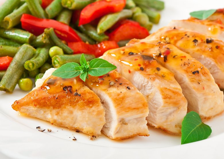 Gedämpfte Hähnchenbrust mit Gemüse und einer Senfsoße