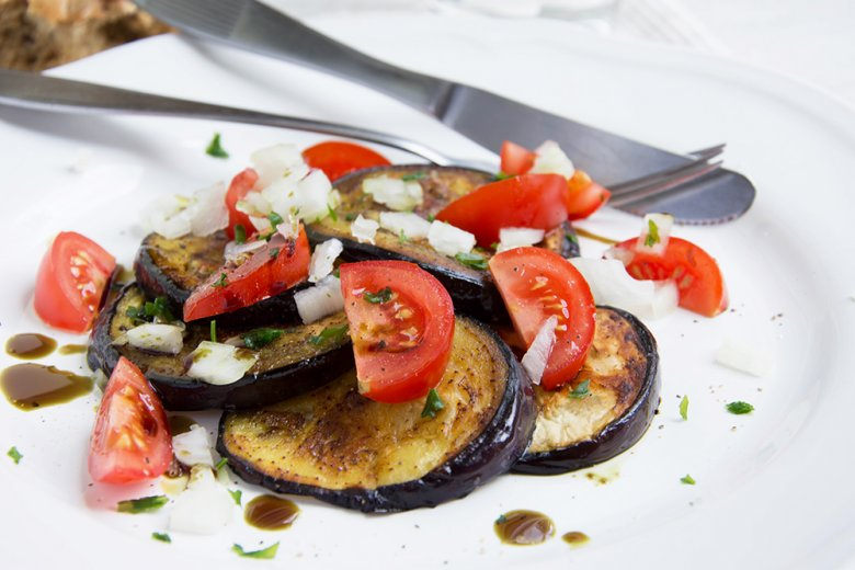 Auberginenscheiben mit Tomaten und Rosmarin