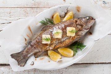 Fisch mit Zitronen-Kräuterbutter