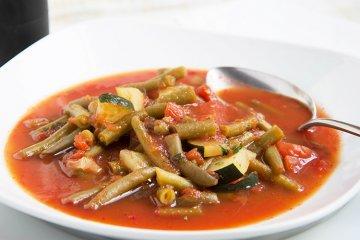 Grüne Bohnensuppe mit Tomaten