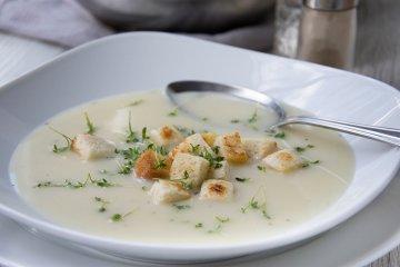 Kressesuppe mit Weißbrotwürfel