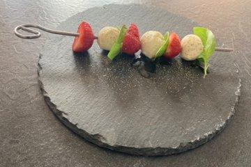 Mozzarella-Erdbeer-Spieße mit Basilikum