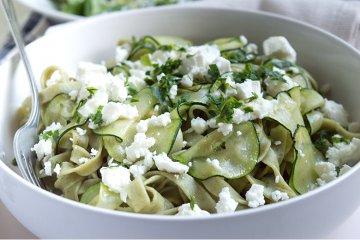 Grüne Bandnudeln mit Zucchini