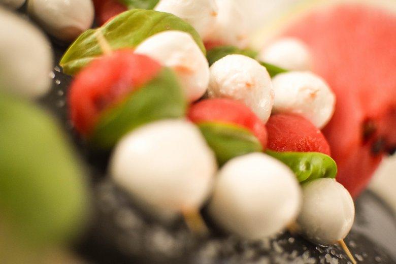 Mozzarella-Melonen-Spieße mit Basilikum