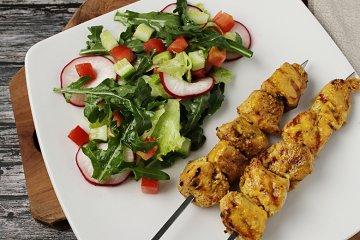 Gegrillte Hähnchenspieße mit buntem Salat