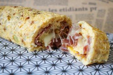 Omelettrolle mit Parmaschinken und Käse gefüllt