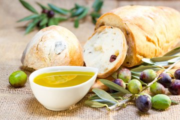 Mediterranes Olivenbrot mit Chili