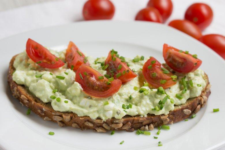 Brot mit Hüttenkäse und Avocado